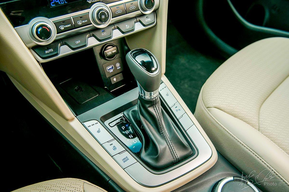 Đánh giá xe Hyundai Elantra 2020: Hộp số tự động 6 cấp.