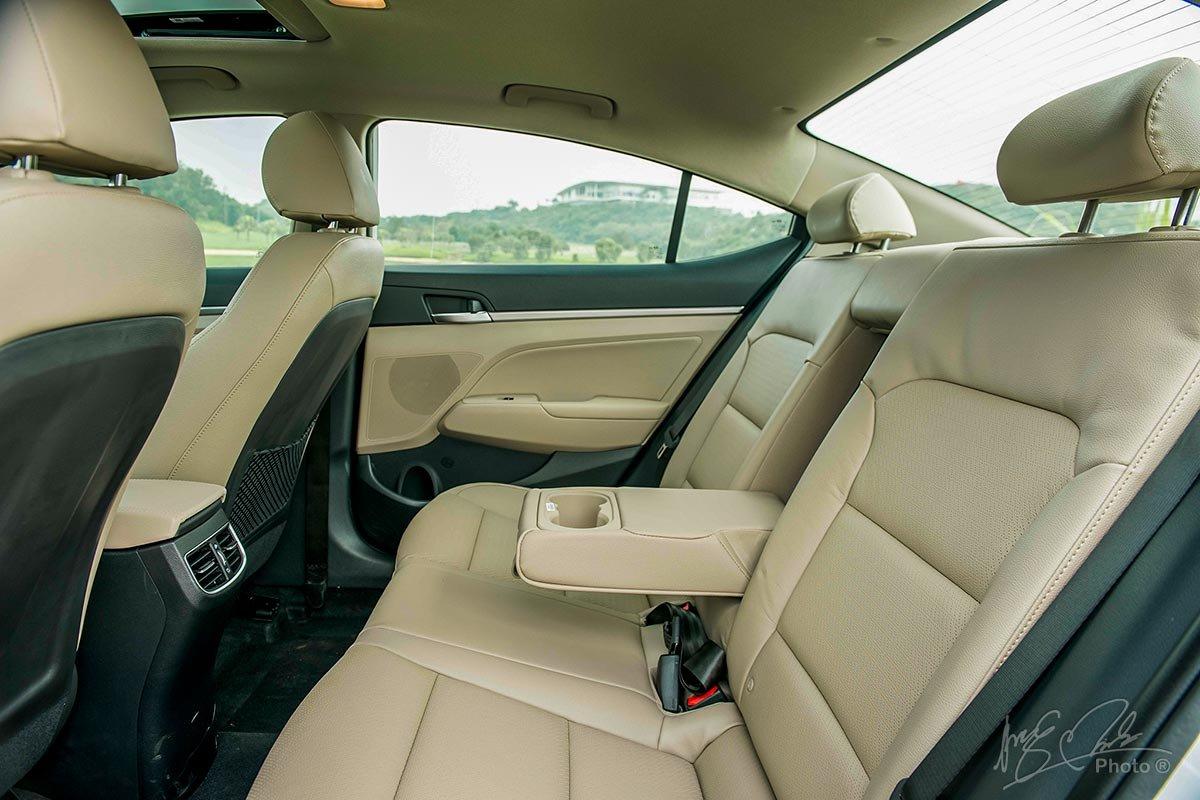 Đánh giá xe Hyundai Elantra 2020: ghế ngồi phía sau.