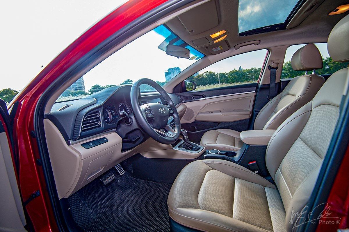 Đánh giá xe Hyundai Elantra 2020: ghế ngồi phía trước.