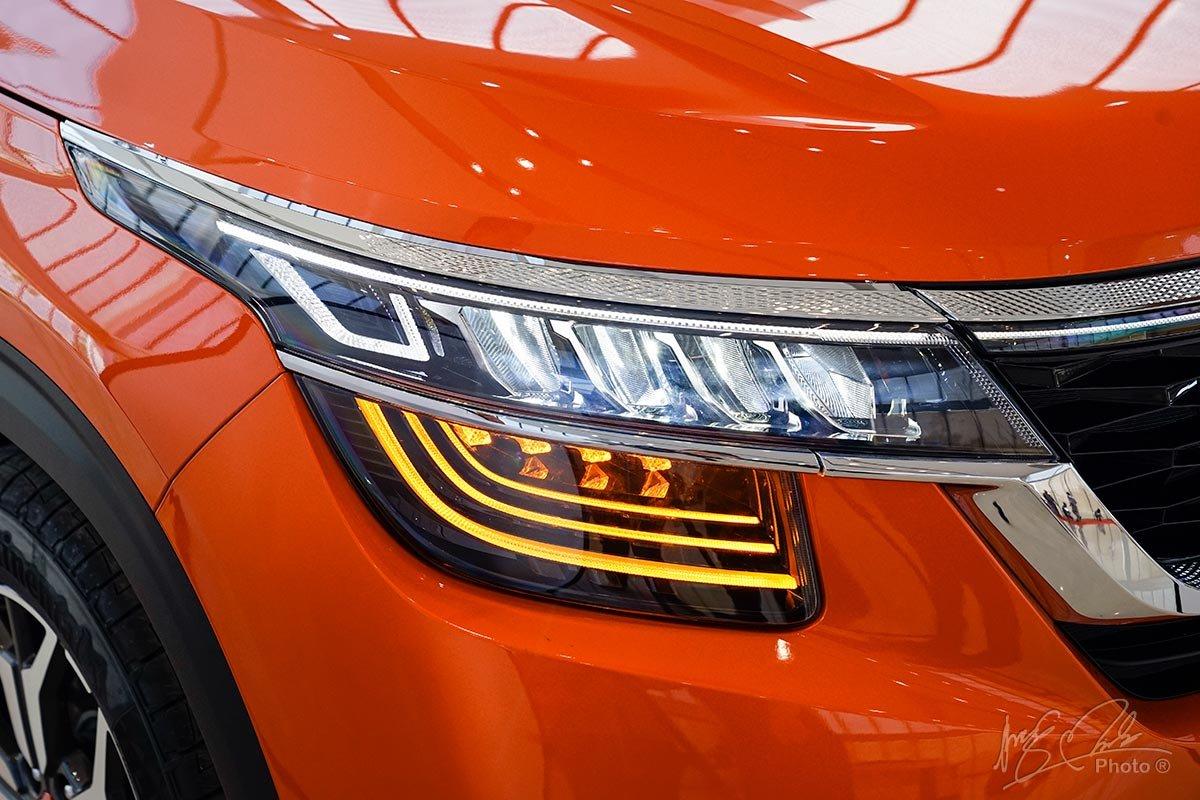 Đèn pha LED trên Kia Seltos phiên bản Premium.