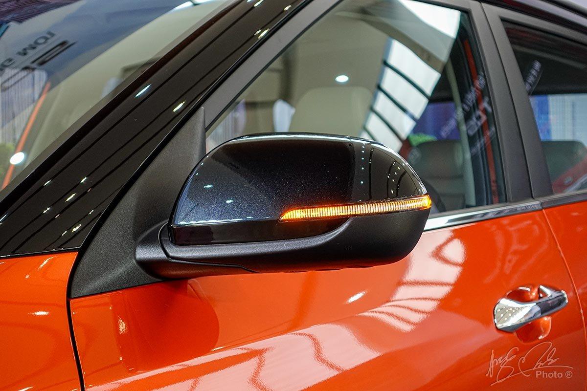 Đánh giá xe Kia Seltos 2020: Gương chiếu hậu sơn đen là tuỳ chọn, tích hợp xi nhan LED.