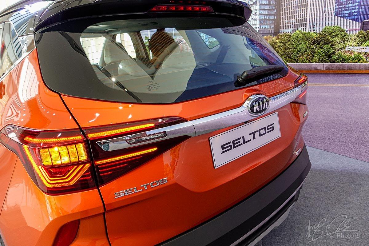 Đánh giá xe Kia Seltos 2020: Cụm đèn hậu LED nổi bật.