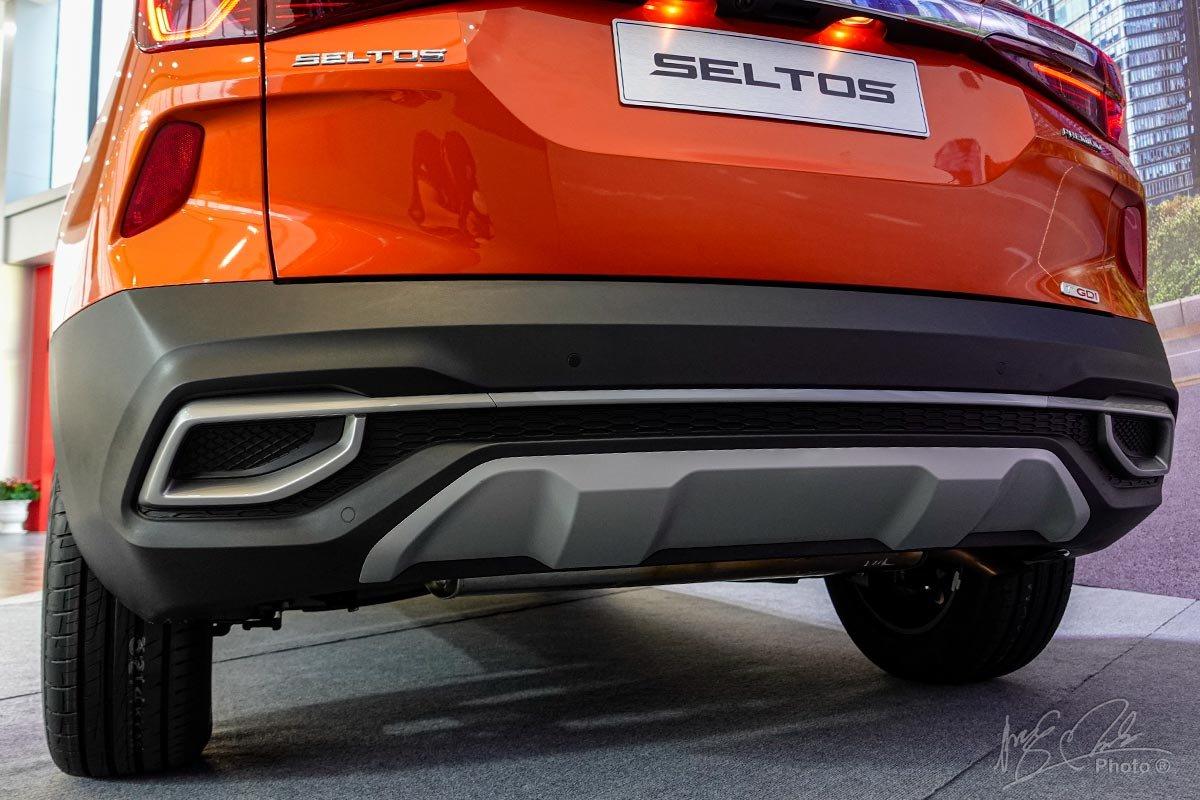Đánh giá xe Kia Seltos 2020: Ốp trang trí ở phần cản sau.