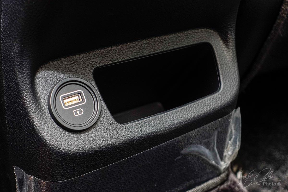 Đánh giá xe Kia Seltos 2020: Cổng sạc cho hàng ghế sau.