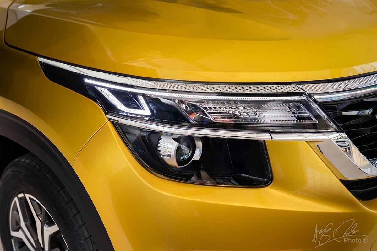 Đèn pha Halogen Projector trên Kia Seltos phiên bản Deluxe và Luxury.