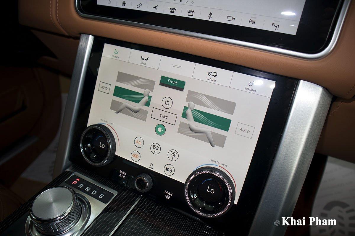 Ảnh màn hình chỉnh điều hoà xe Range Rover SVAutobiography 2020 phải