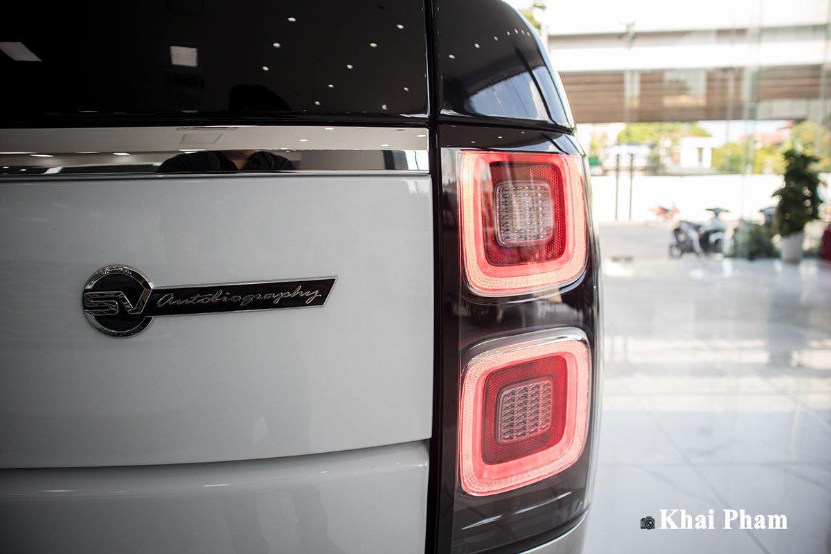 Ảnh cụm đèn hậu xe Range Rover SVAutobiography 2020 phải