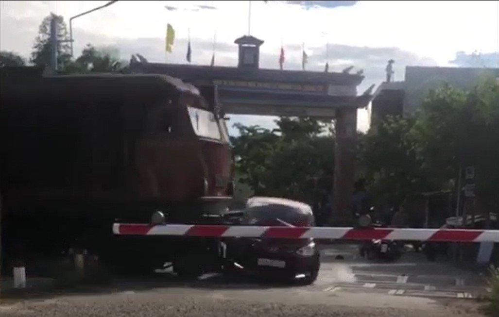 Video: Hyundai Grand i10 cố vượt rào chắn đường sắt và cái kết đau lòng