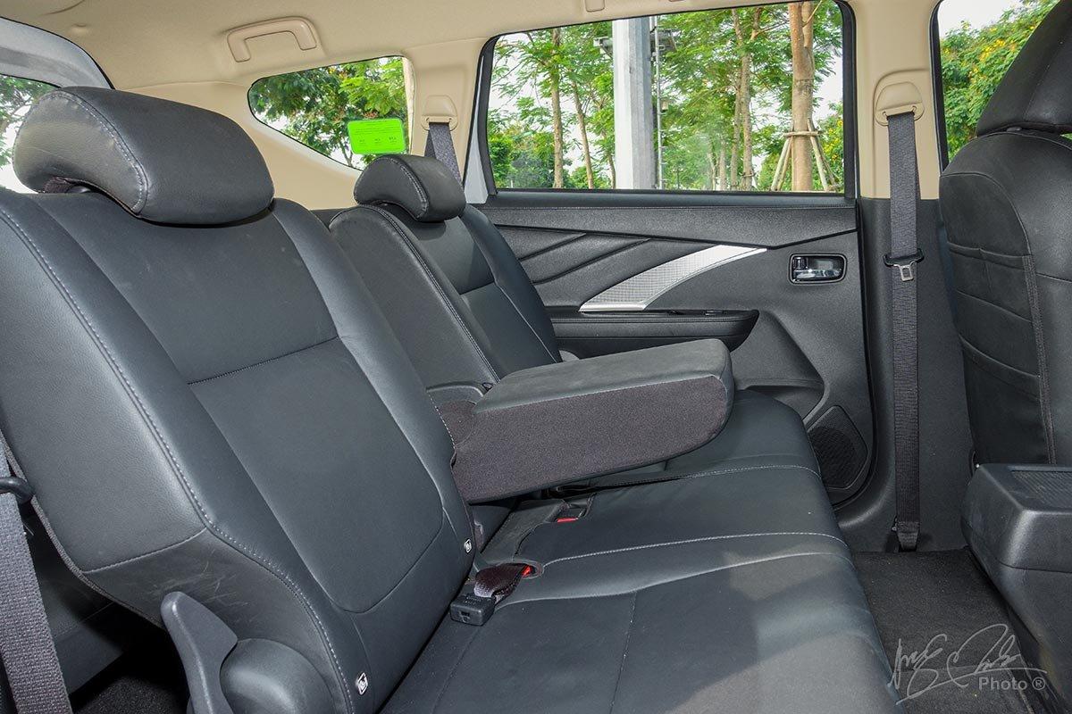 Đánh giá xe Mitsubishi Xpander 2020: Hàng ghế thứ 2 có bệ tỳ tay.