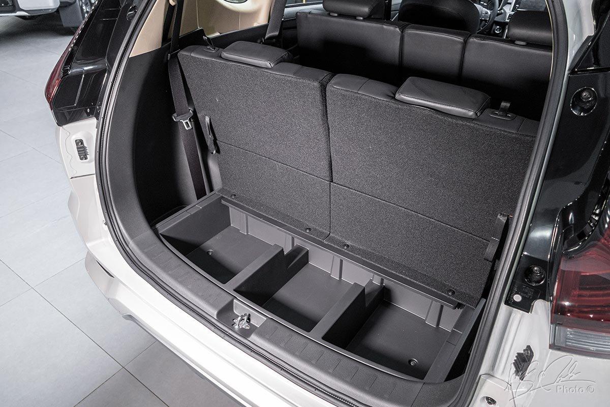 Đánh giá xe Mitsubishi Xpander 2020: Khu vực chứa đồ có các ngăn phụ phía dưới.