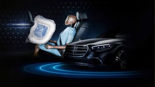 Chơi trội, Mercedes-Benz S-Class 2021 gắn thêm túi khí cho ghế sau.