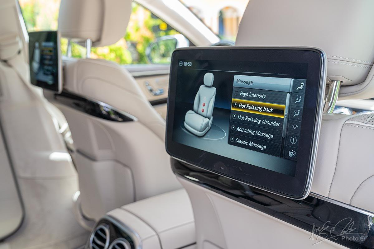 Màn hình giải trí hàng ghế sau của Mercedes-Maybach S450 2020.