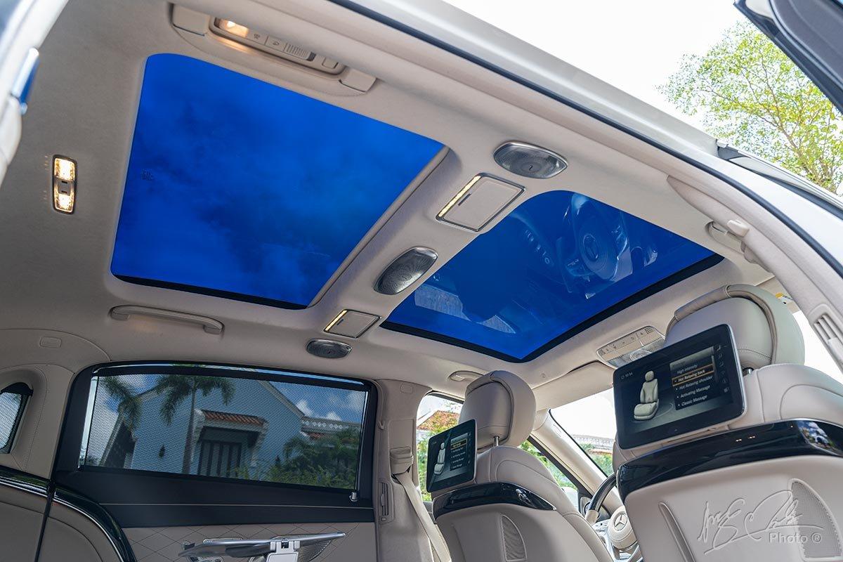 Cửa sổ trời toàn cảnh trên Mercedes-Maybach S450 2020.
