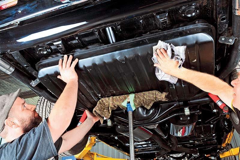 Khi đổ nhầm nhiên liệu, nhiều khả năng bạn sẽ phải súc rửa lại toàn bộ động cơ.