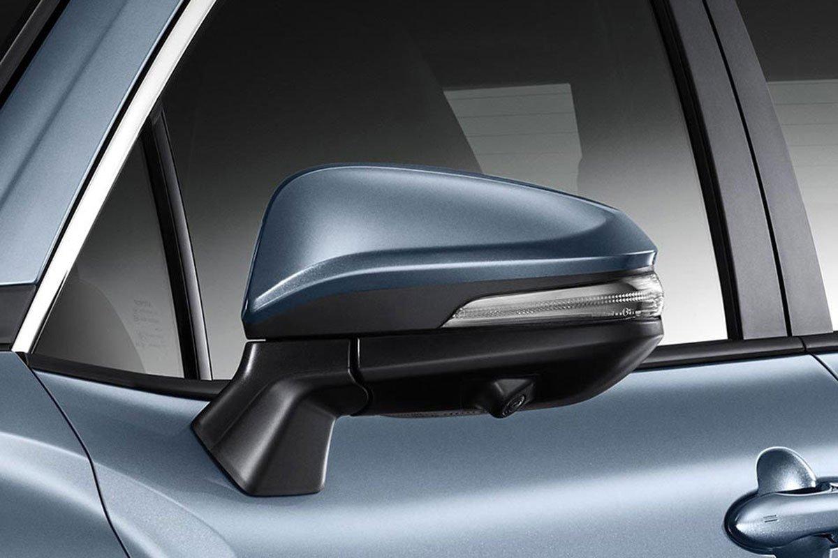 Đánh giá xe Toyota Corolla Cross 2020-2021: Gương chiếu hậu tích hợp xi-nhan LED.