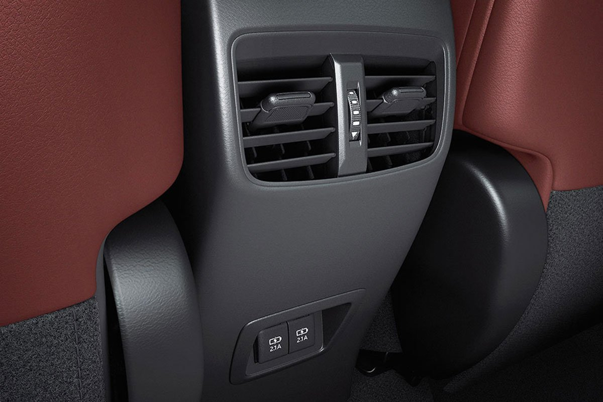 Đánh giá xe Toyota Corolla Cross 2020-2021: Cửa gió hàng ghế sau.