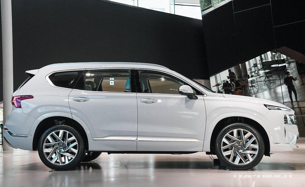Thân xe Hyundai Santa Fe 2021 vẫn lưu giữ lối tạo hình truyền thống.