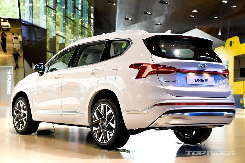 Đuôi xe Hyundai Santa Fe 2021 tút tát gọn gàng, tinh tế hơn.