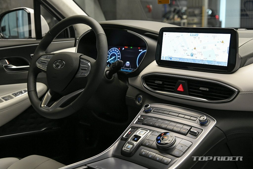 Bảng táp-lô Hyundai Santa Fe 2021 tái thiết kế 1 cách hiện đại, sang trọng.
