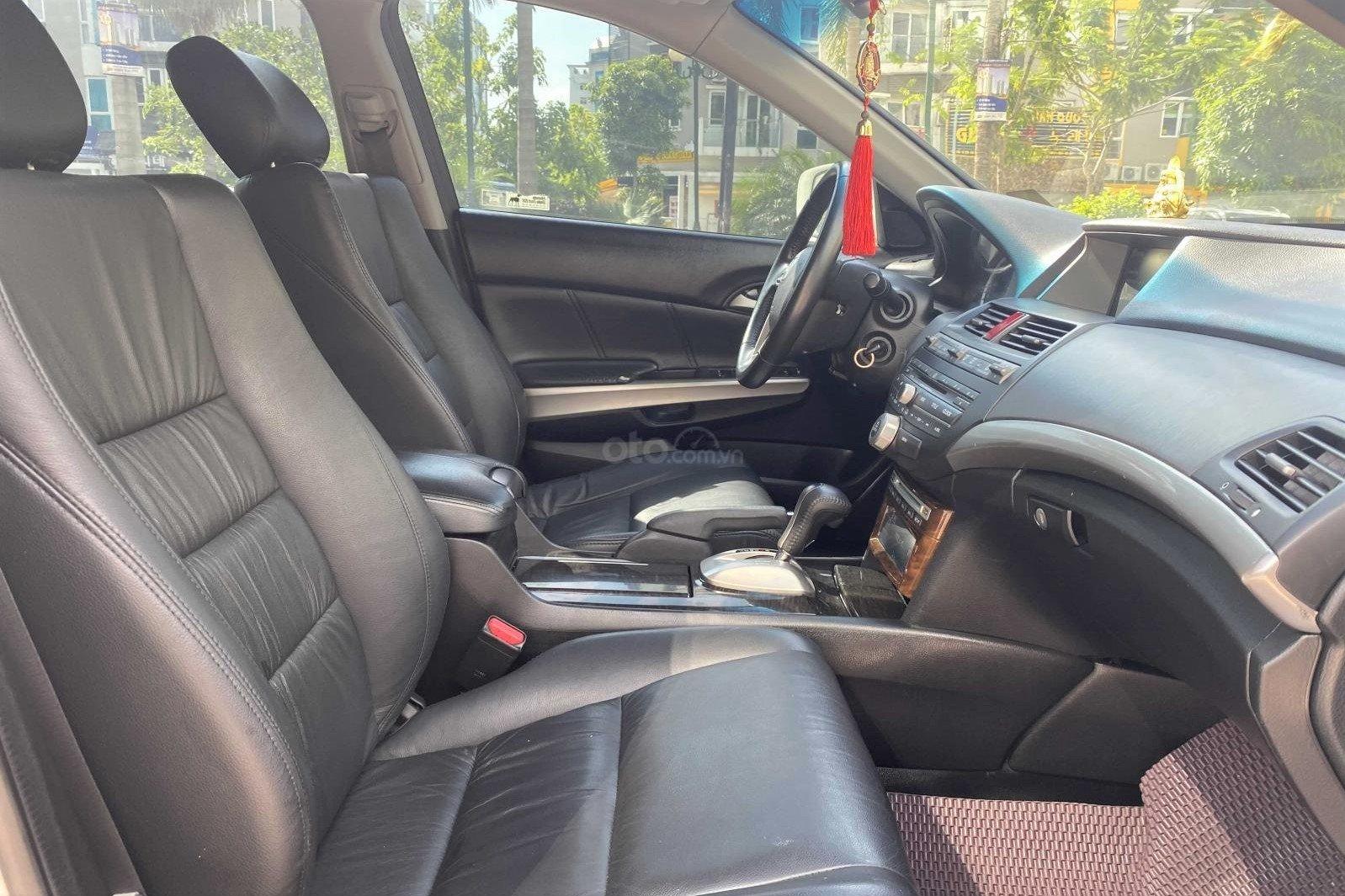 Không gian hàng ghế trước xe Honda Accord 2010 1