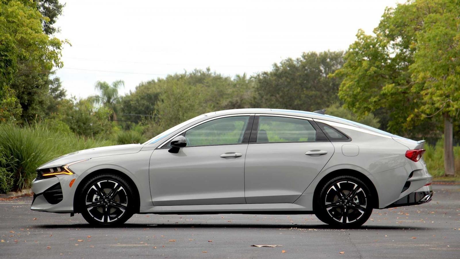 Kia K5 2021 đầu bảng full option có giá đến 879 triệu.