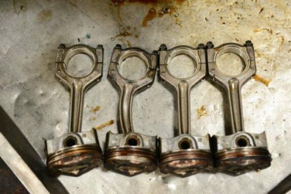 Các tay biên bị biến dạng do xe bị nước xâm nhập vào xi-lanh.
