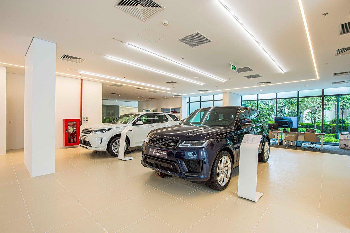 khu vực trưng bày xe Land Rover.
