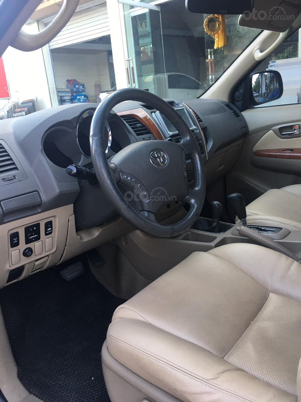 Cần bán gấp Toyota Fortuner đời 2011, xe gia đình đi giữ gìn, mới và đẹp (2)