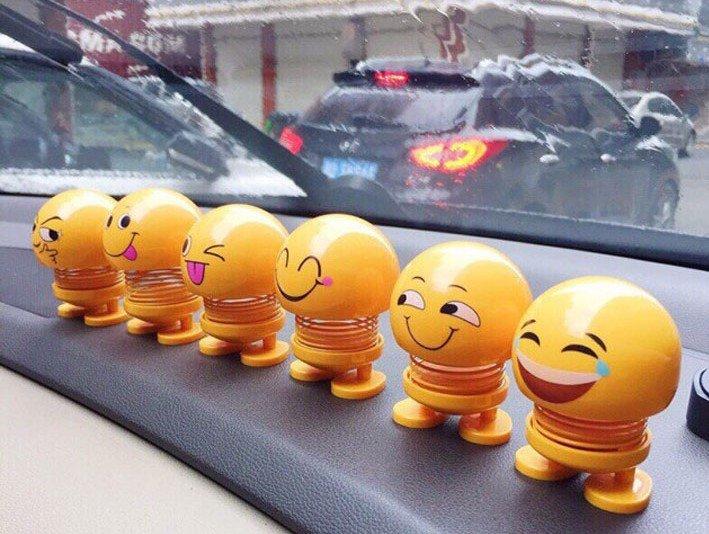 Không nên để thú nhún trên đầu xe vì có thể gây mất tập trung.