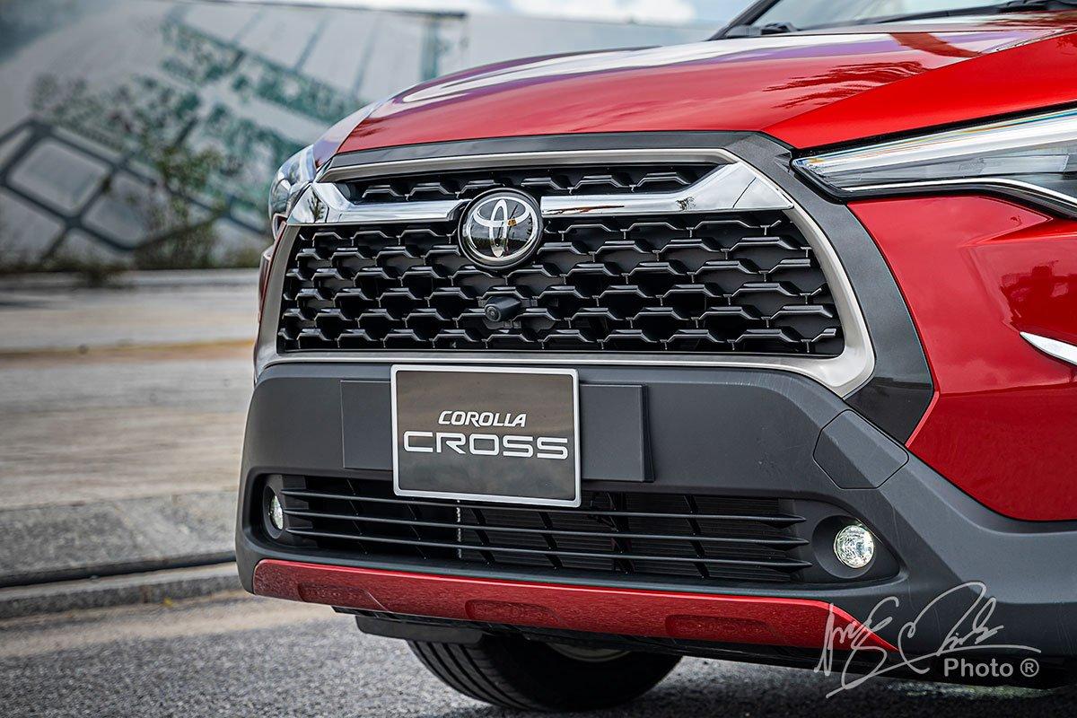 Đánh giá xe Toyota Corolla Cross 1.8V 2020: Lưới tản nhiệt.