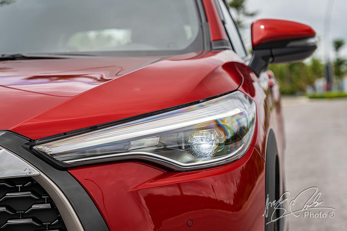Đánh giá xe Toyota Corolla Cross 1.8V 2020: Công nghệ LED ứng dụng cho toàn bộ hệ thống chiếu sáng phía trước.