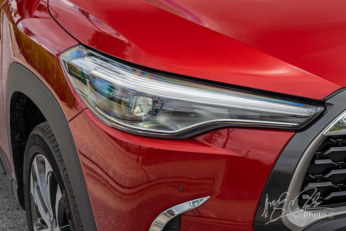 Đánh giá xe Toyota Corolla Cross 1.8V 2020: Cụm đèn pha với bóng Projector tiêu chuẩn.