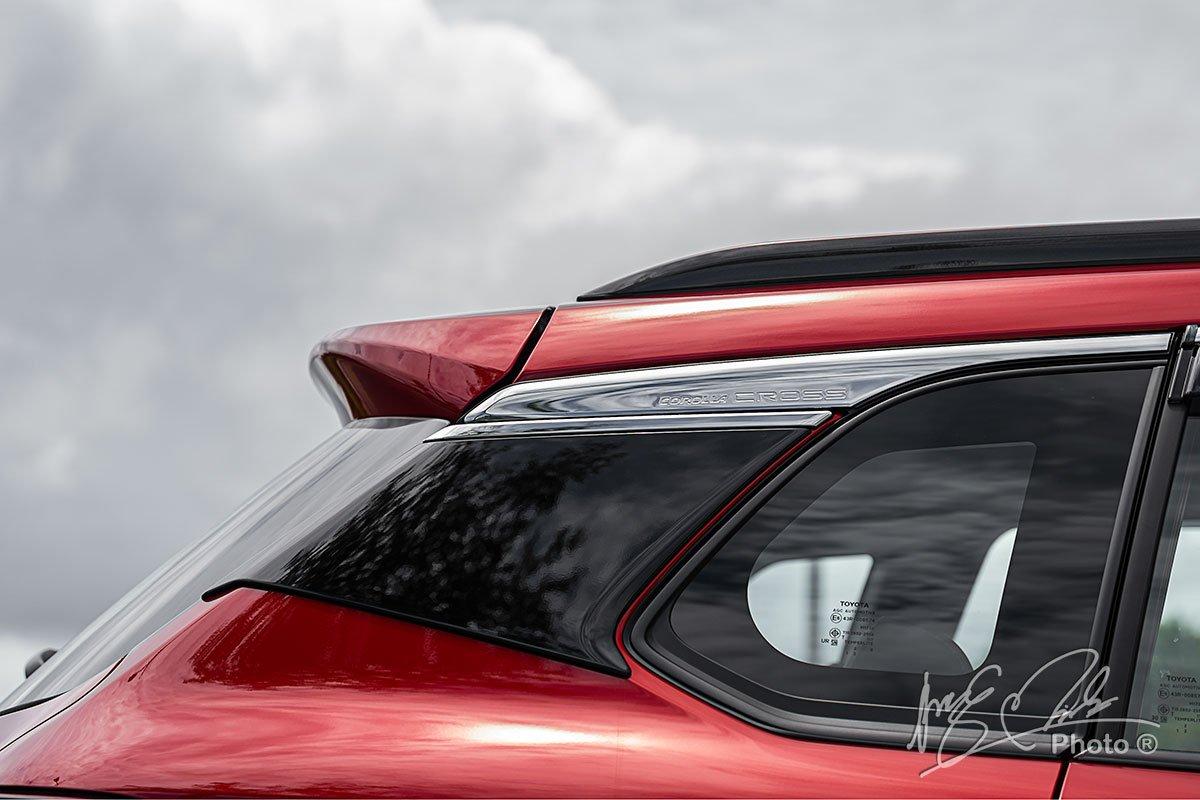 Đánh giá xe Toyota Corolla Cross 1.8V 2020:Đường viền crôm tạo hiệu ứng trần xe nổi.