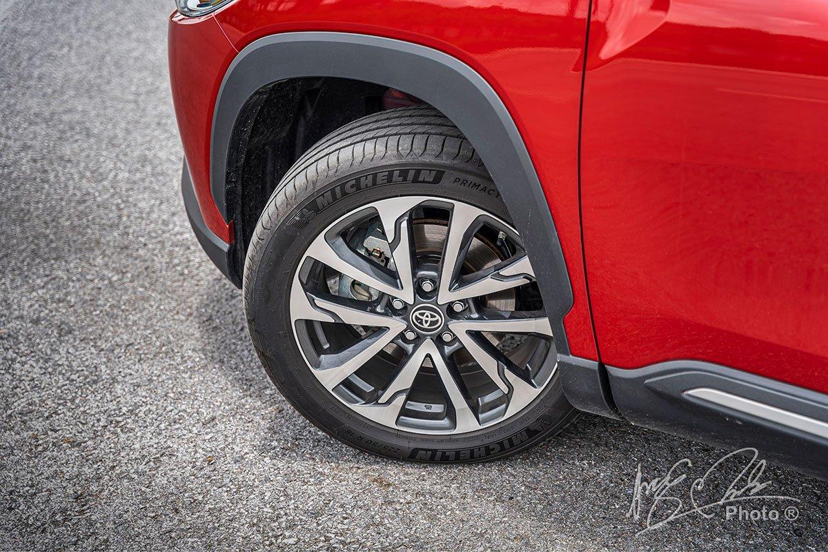 Đánh giá xe Toyota Corolla Cross 1.8V 2020: La-zăng hợp kim 18 inch.