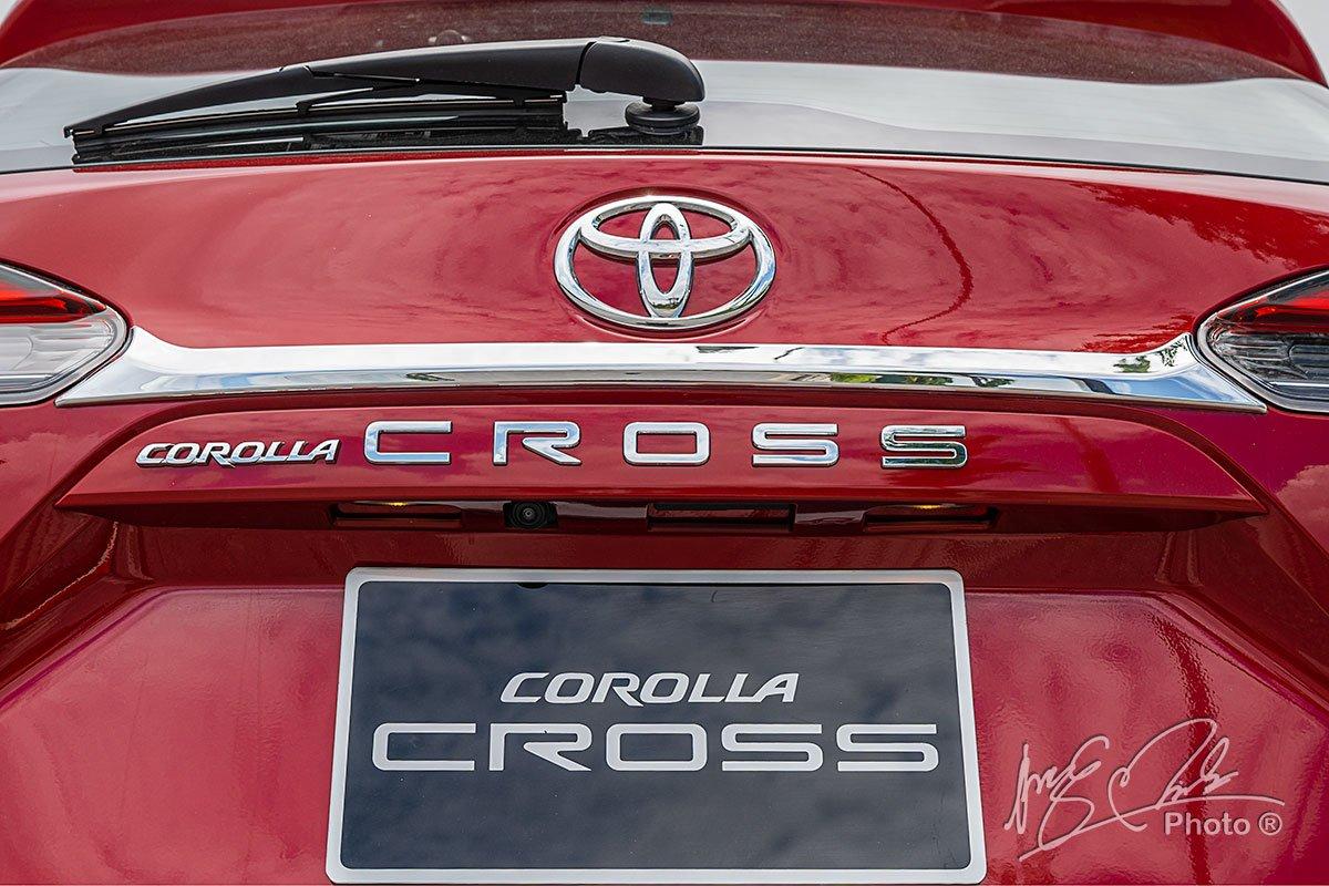 Đánh giá xe Toyota Corolla Cross 1.8V 2020: Tên xe thể hiện nổi bật ở chính giữa phần cửa sau.