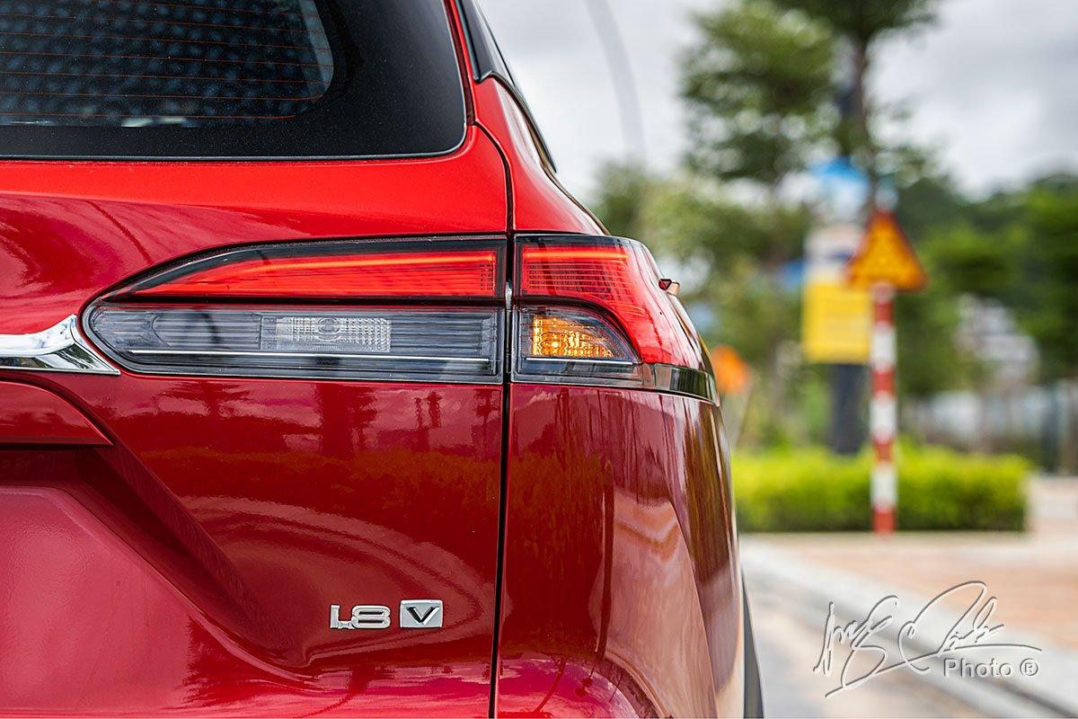 Đánh giá xe Toyota Corolla Cross 1.8V 2020: Cụm đèn hậu LED hình chữ L khá giống với mẫu Toyota RAV4.