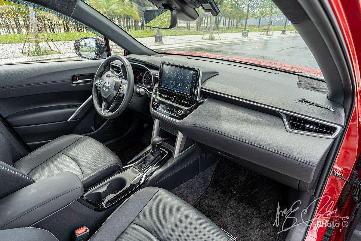 Đánh giá xe Toyota Corolla Cross 1.8V 2020: Nội thất tinh giản và hiện đại.