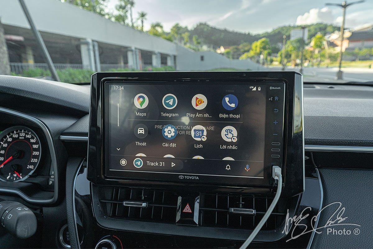 Đánh giá xe Toyota Corolla Cross 1.8V 2020: Màn hình cảm ứng 9 inch tích hợp Apple CarPlay và Android Auto.