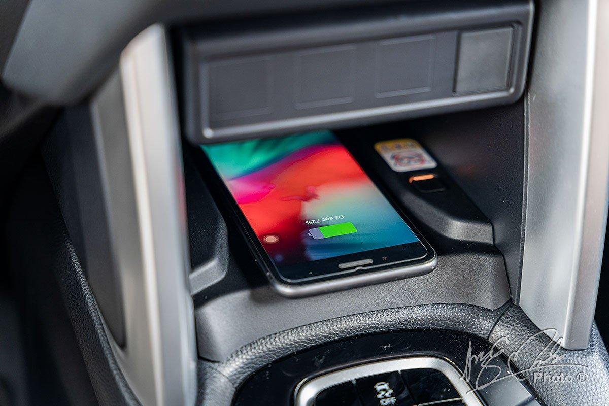 Đánh giá xe Toyota Corolla Cross 1.8V 2020: Sạc không dây.
