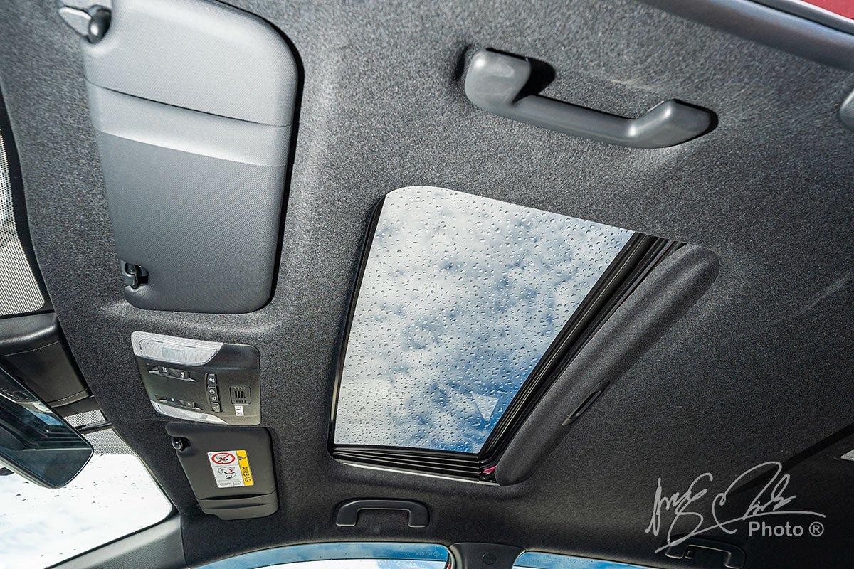 Đánh giá xe Toyota Corolla Cross 1.8V 2020: Cửa sổ trời.