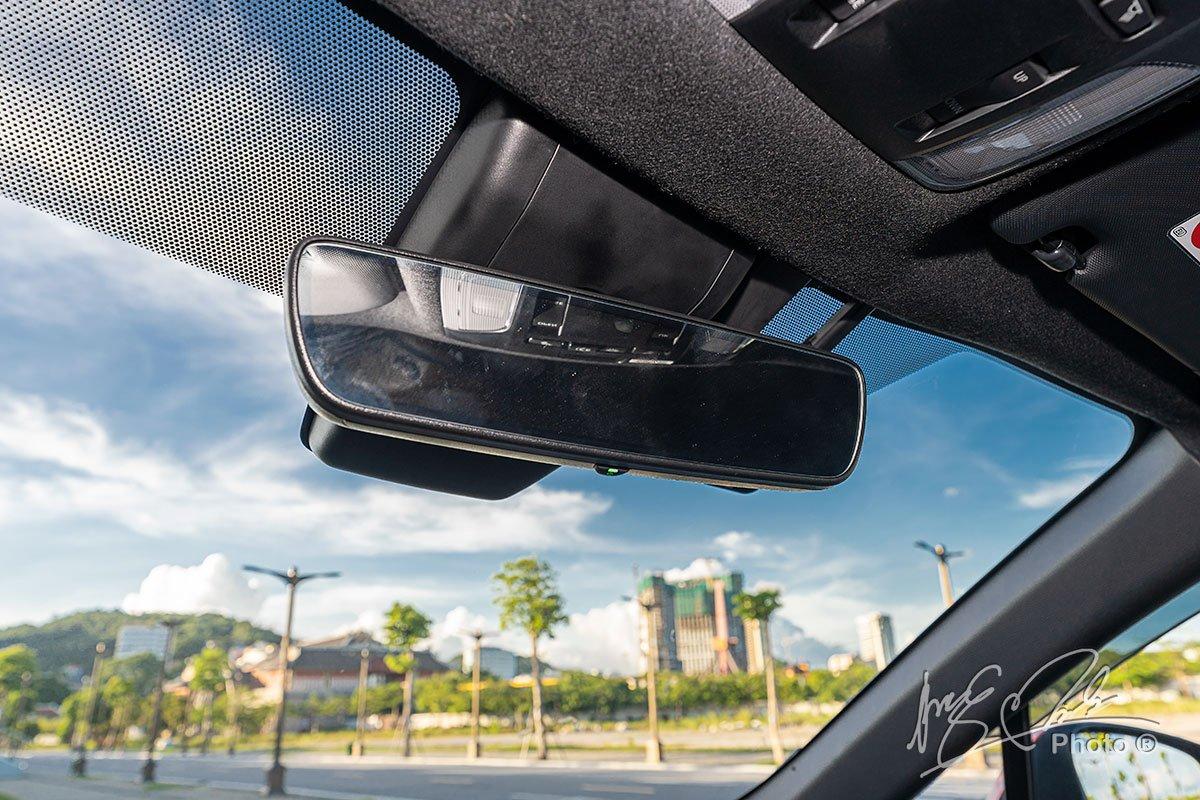 Đánh giá xe Toyota Corolla Cross 1.8V 2020: Gương chống chói tự động.