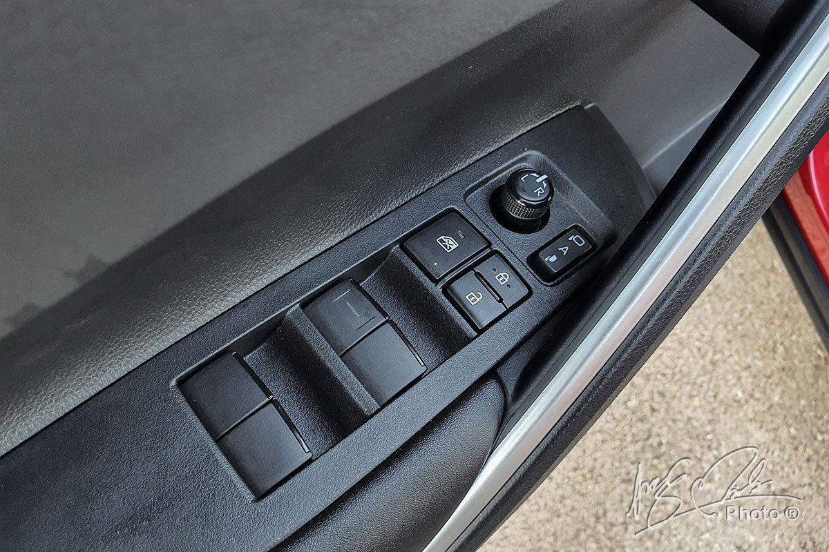 Đánh giá xe Toyota Corolla Cross 1.8V 2020: Lên xuống kính 1 chạm tất cả vị trí.