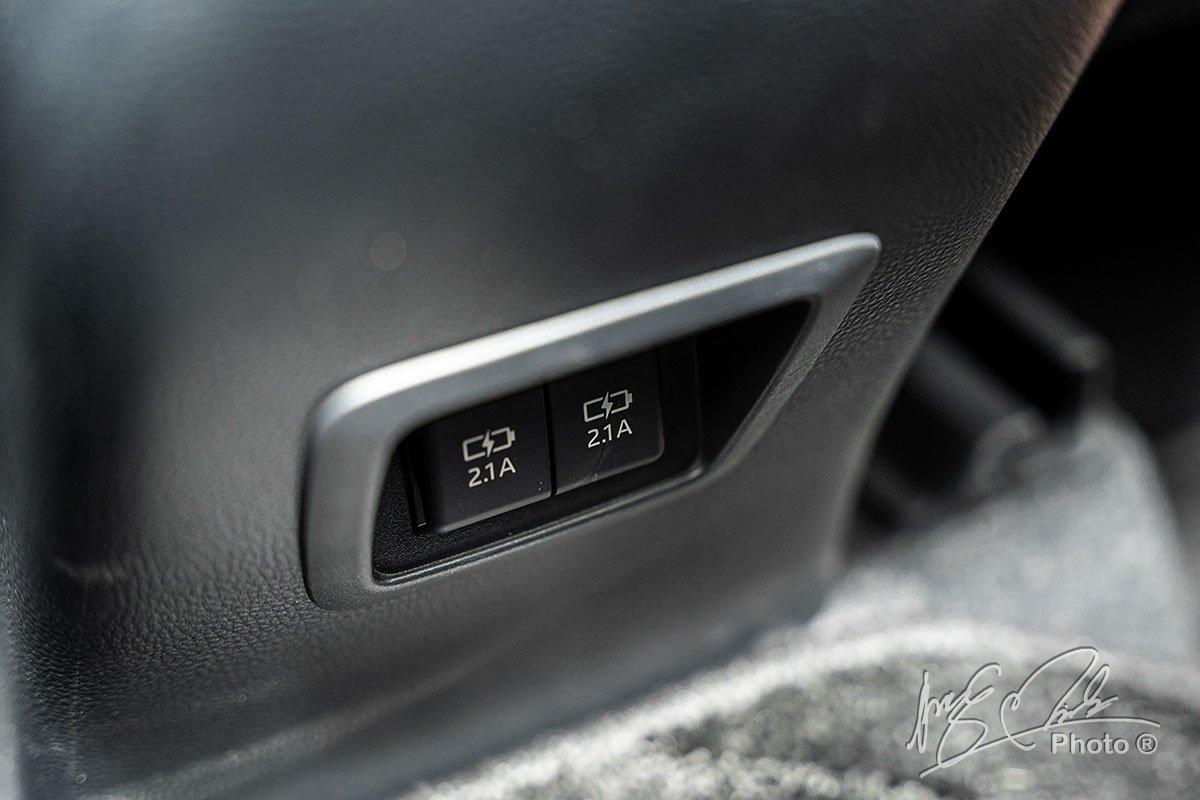 Đánh giá xe Toyota Corolla Cross 1.8V 2020: Cổng sạc cho hành khách phía sau.