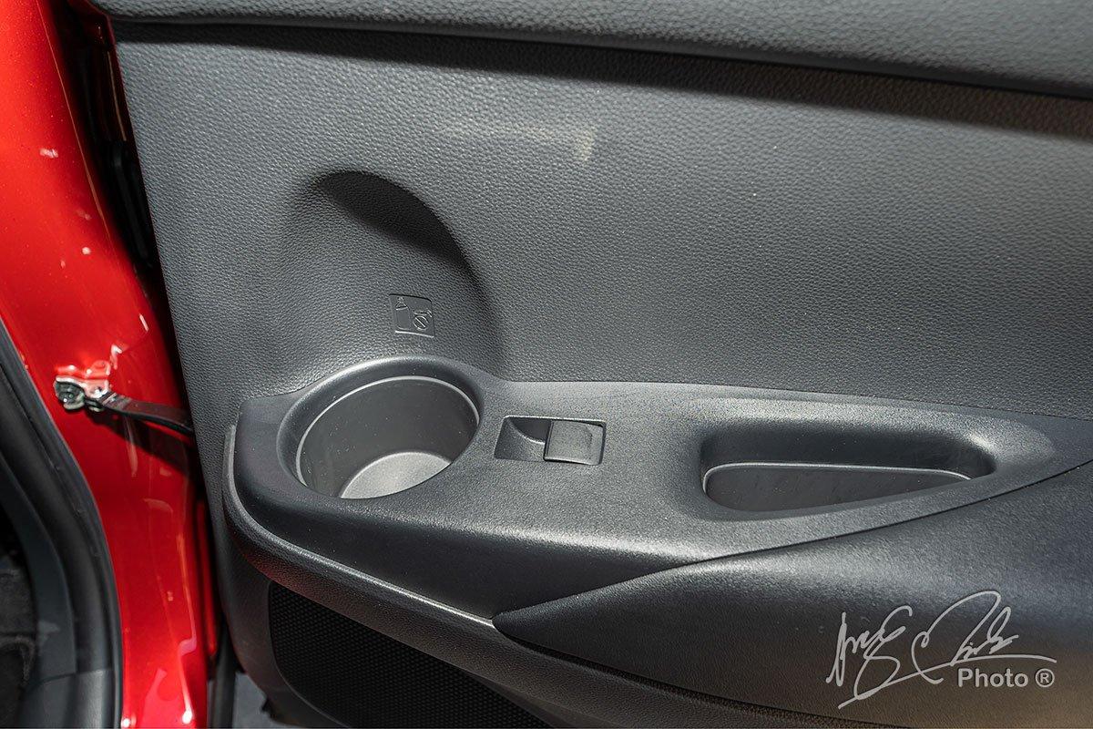 Đánh giá xe Toyota Corolla Cross 1.8V 2020: Chỗ để cốc ở hai bên cánh cửa sau.