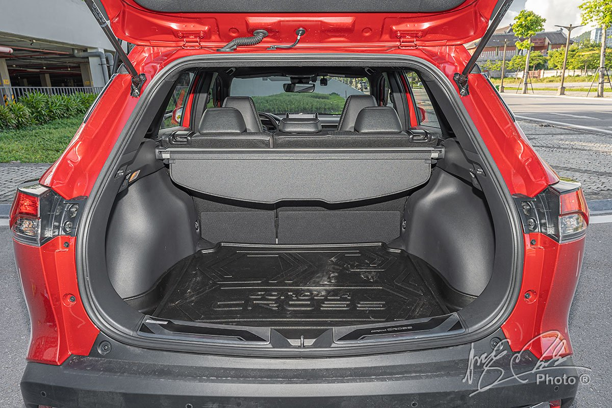 Đánh giá xe Toyota Corolla Cross 1.8V 2020: Khoang hành lý có dung tích 440 lít.