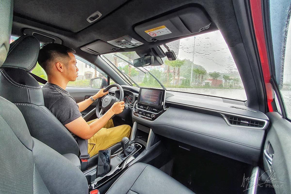 Đánh giá xe Toyota Corolla Cross 1.8V 2020: Xe có tầm quan sát rộng và thoáng.