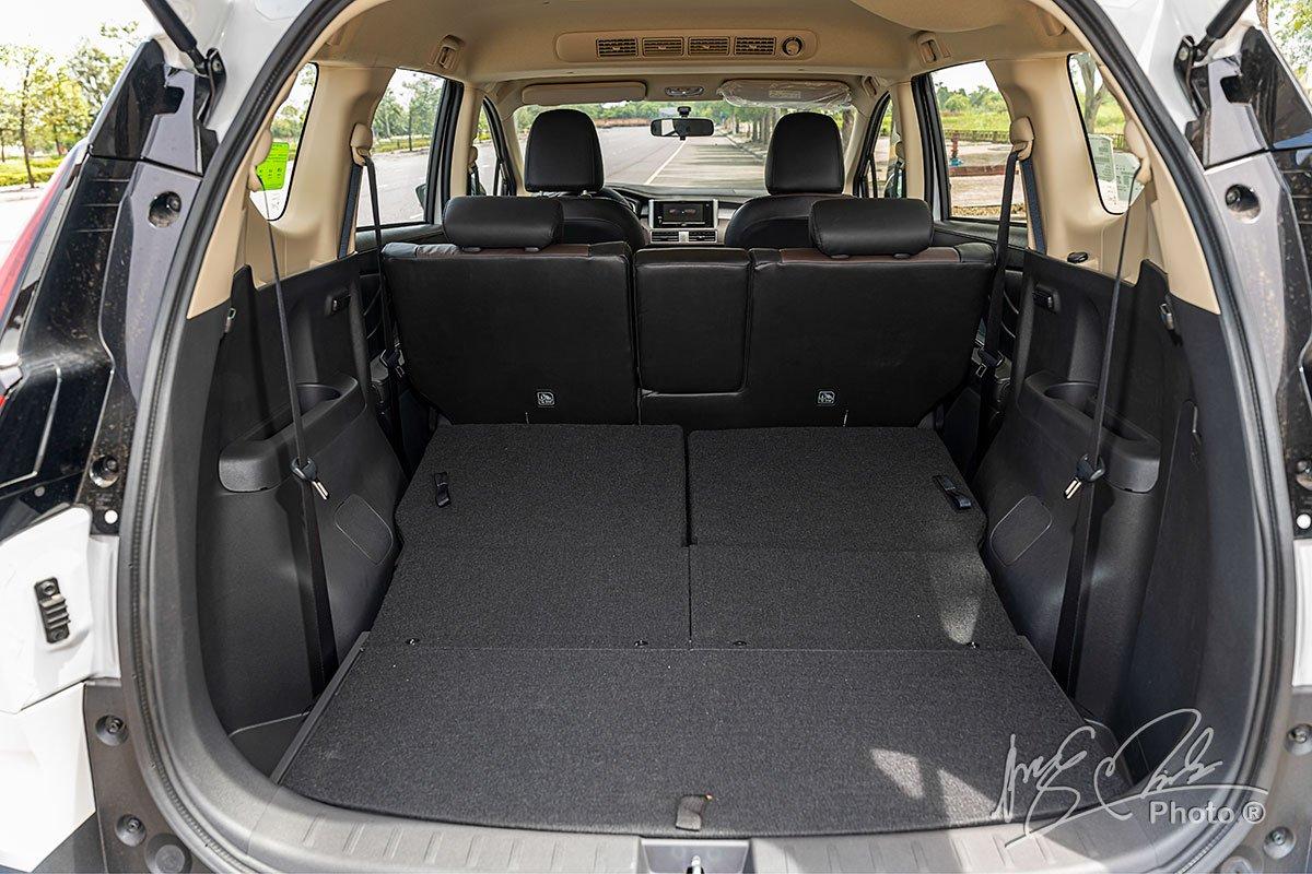 Khoang hành lý của Mitsubishi Xpander Cross 2020 có được dung tích lớn khi gập hàng ghế thứ 3 xuống.