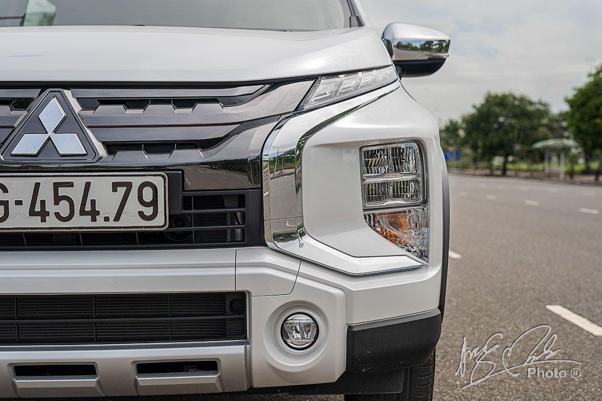 Dải crôm hình chữ X của Mitsubishi Xpander Cross 2020 trông vuông vức hơn.