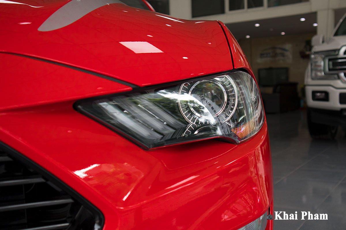 Ảnh đèn pha phải xe Ford Mustang High Performance 2020