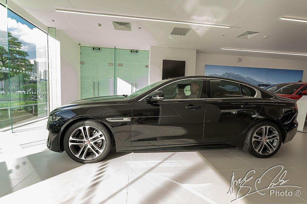 Jaguar XE 2020 cũng cung cấp khả năng bám đường tốt, xử lý lái nhạy bén và chính xác.